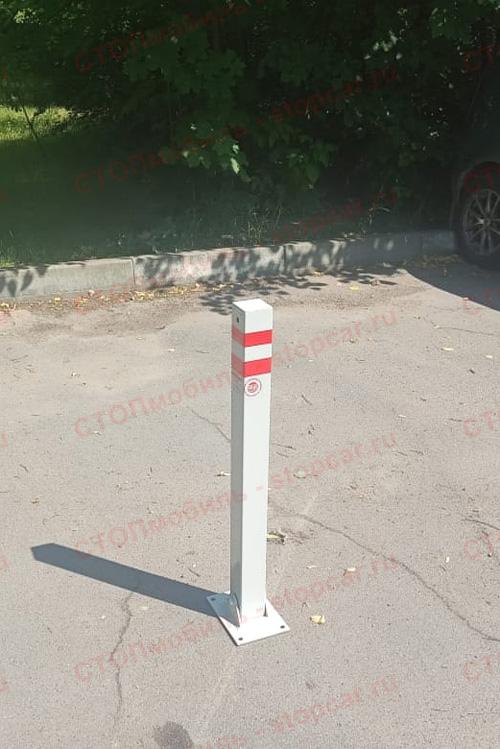Складной парковочный столбик на парковке стоя
